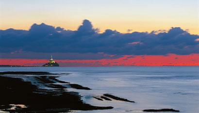 baie du mont st-michel avec soleil couchant ciel rouge