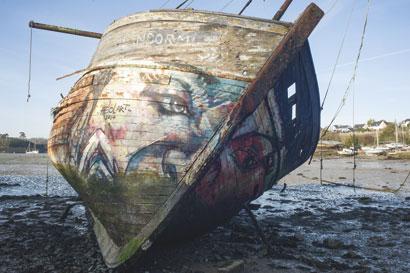 vieille barque échouée