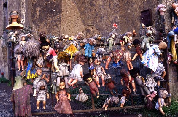 groupe de poupées sur un portail