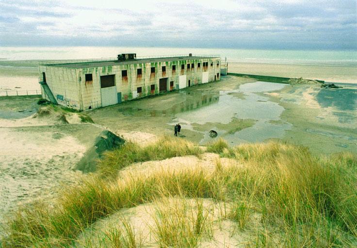 immeuble abandonné sur une plage