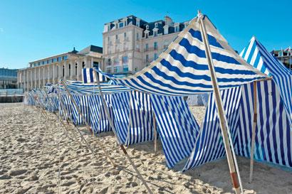 tentes rayées blanc et bleu plage st-enogat