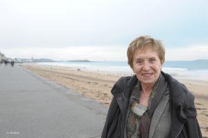femme devant une plage